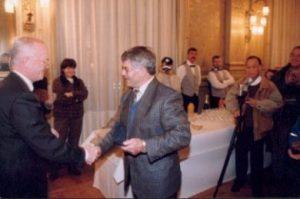 Remise de la médaille de la Ville de Rennes à Alicio Alonso par Edmond Hervé, maire de Rennes